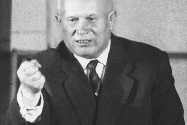 """Na zachodzie popularne było mówienie o ZSRR przez pryzmat znanej frazy radzieckiego przywódcy Chruszczowa """"My Was pogrzebiemy"""". Ale między Bogiem, a prawdą, Chruszczow nigdy nie wypowiedział tych słów kontekście, że ZSRR napadnie na Zachód, wszystkich zabije i pogrzebie. Faktycznie pełna wypowiedź brzmiała: """"Socjalizm będzie się rozwijać, a kapitalizm umrze, i my jeszcze was pogrzebiemy"""". Bo jeżeli ktoś umiera, trzeba go pogrzebać - w tym nie ma żadnej agresji, ale ideolodzy zachodni zdecydowali zinterpretować tę wypowiedź inaczej. Innym znanym epizodem stało to, że Chruszczow stukał butem na zjeździe ONZ. Ale mało kto mówi o tym jaka to była sytuacja. 12 października 1960 roku delegacja radziecka zadała pytanieo likwidację systemu kolonialnego. Chruszczow przemawiał jako pierwszy, za nim mówił przedstawiciel Filipin, który między innymi powiedział, że ZSRR jest """"obozem koncentracyjnym"""". Chruszcziow nie mógł tego znieść. To było nie tylko obraźliwe, ale i niesprawiedliwe. Po śmierci Stalina, rozstrzelaniu Berii, tysiące niewinnie skazanych zrehabilitowano i uwolniono z łagrów i więzień. I w tym była wielka zasługa Chruszczowa. Wtedy on zdecydował prosić przewodniczącego Bolduena o informacje dotyczące przebiegu posiedzenia i podniósł rękę. Może przewodniczący nie widział go, może udawał, że go nie widzi. Wtedy Chruszczow wstał i podniósł rękę. Wtedy nie zauważyć Chruszczowa było już niemożliwe, ale mówca nadal przemawiał, a głowa delegacji radzieckiej nadal stała z podniesioną ręką. Zdawało się, że przewodniczący go po prostu ignoruje. Wtedy Chruszczow zdjął z nogi lewy but i rozpoczął pukać nim jako mietronom. Niczego podobnego na sali OZN jeszcze nie widziano. Tak narodziła się sensacja. Dalej Chruszczow znowu przemówił o szkodzie kolonializmu dla systemu światowego… 13 października sesja przyjęła propozycję delegacji radzieckiej o dyskusji w sprawie zlikwidowania kolonializmu na plenarnym zjeździe ONZ."""