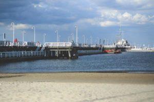 Położenie Sopotu na wybrzeżu oraz wygodne połączenia z całej Polski gwarantują popularność wśród urlopowiczów – szerokie, piaszczyste plaże, Bałtyk i morskie powietrze przyciągają tych spragnionych nadmorskiego wypoczynku, wygodne apartamenty w Sopocie i łatwe połączenia z Gdynią i Gdańskiem zapewniają rozrywkę tym, którzy poszukują aktywności w miejskiej dżungli, zaś wietrzna atmosfera położonego nieopodal Półwyspu Helskiego wabi entuzjastów sportów wodnych. Komfortową komunikację z całym krajem zapewniają lotniska i dworce Trójmiasta, a także położenie w pobliżu autostrady i dróg szybkiego ruchu. Dlaczego do Sopotu? Jako najbardziej kameralne i centralnie położone spośród miast składających się na Trójmiasto, Sopot stanowi idealne miejsce do zorganizowania bazy do zwiedzania całego Pobrzeża Gdańskiego. Niewielki w porównaniu z wielkomiejskimi, hałaśliwymi i zatłoczonymi sąsiadami – Gdynią i Gdańskiem, stanowi dla nich ciekawą alternatywę, jednocześnie pozwalając na ich nieograniczone eksplorowanie. Sprawną komunikację zapewnia Szybka Kolej Miejska – piętnaście minut jazdy kolejką do Gdańska i dziesięć minut do Gdyni, a także brak kłopotu z parkowaniem powinny zachęcić do korzystania z komunikacji zbiorowej nawet najbardziej zagorzałych zwolenników poruszania się samochodami. Z okien apartamentów w Sopocie można wieczorami podziwiać zapierające dech w piersiach zachody słońca i wspaniałą panoramę wybrzeża Morza Bałtyckiego z ogromnym, pięknym molo, bez uciążliwości związanych z nocowaniem w dużym mieście. Sopot dla każdego Oferta turystyczna Sopotu i jego okolic zaspokoi nawet najbardziej wybrednych przyjezdnych. Zabytki gdańskiego Starego Miasta pozwalają na spędzenie długich godzin na zwiedzaniu pereł polskiej architektury, z ogromną bazyliką Mariacką na czele. Bogatą ofertę kulturalną zapewniają teatry, opery i kina Trójmiasta, a także odbywające się w tam festiwale muzyczne o znaczeniu międzynarodowym, na które przyjeżdżają tłumy fanów z całego świata, takie ja